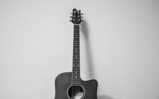 Для правильной игры на гитаре: правильная высота струн над грифом