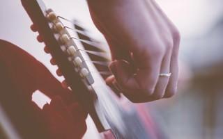 Как играть медиатором на гитарах самоучке